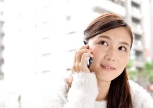 電話する女性 1